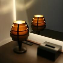 柔らかな明かりを灯すテーブルライト。