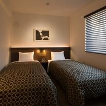 ツインルームにはセレブにも愛好者が多いシモンズベッドを2台ご用意しています。