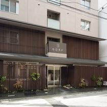 施設外観。京都市役所前駅から徒歩5分。路地裏にひっそりたたずむ大人の隠れ家です。