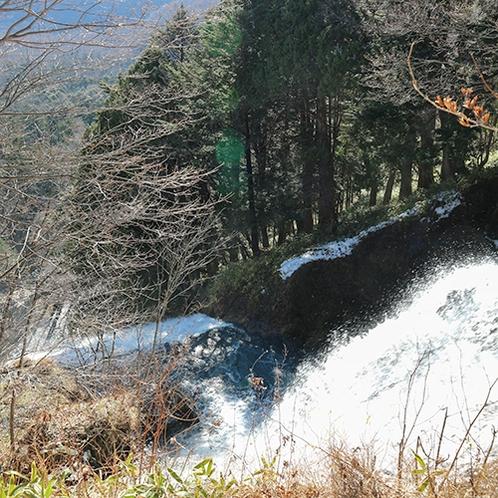*[湯滝上部]迫力のある湯滝を上から眺められます。(当館から車で約10分)