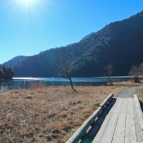 *[湯ノ湖遊歩道]奥日光の中心にある湯ノ湖は、約60分で一周できます。(当館から徒歩約2分)