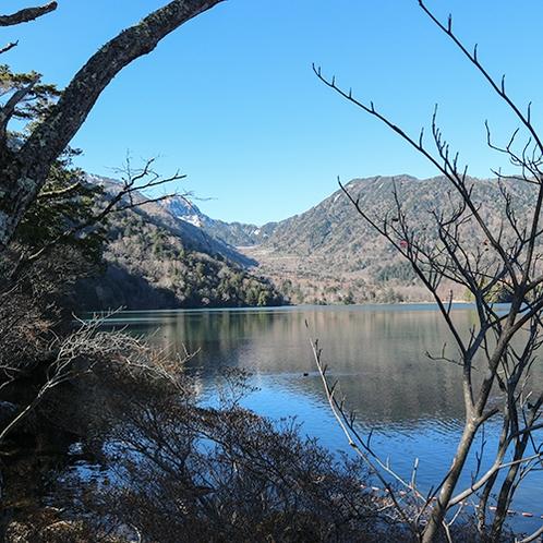 *[湯ノ湖遊歩道]季節や時刻によって表情を変える湖の眺めをお楽しみください。