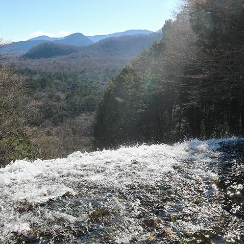 *[湯滝上部]雄大な奥日光の山並みと迫力満点の湯滝。(当館から車で約10分)