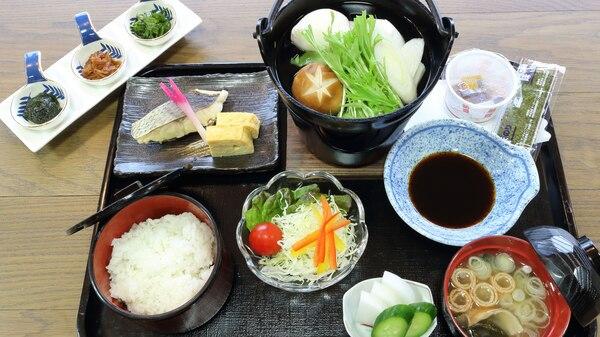 *[ご朝食一例]焼き魚や野菜などバランスよくそろえた和朝食セットです。