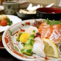 *[ご夕食一例]地元の食材を多く使った彩り料理