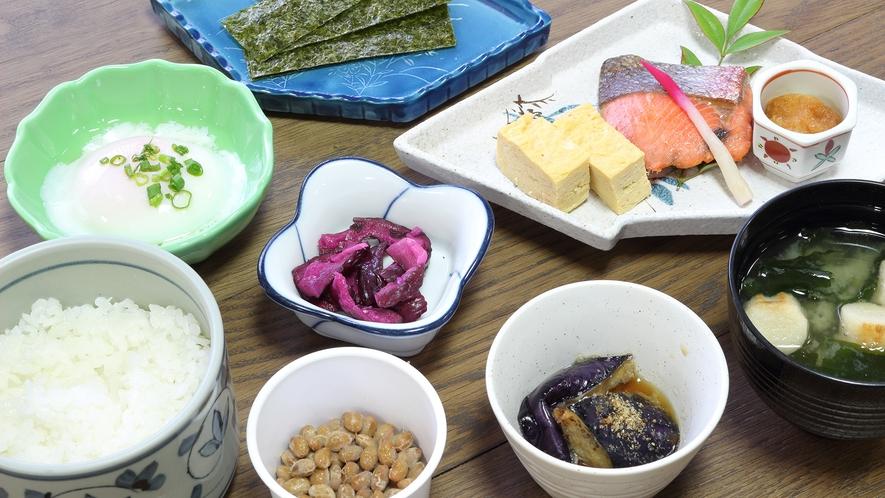 *[ご朝食一例]焼き魚、卵、小鉢の付いたシンプルな和食セットです