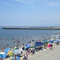 *[紫雲寺記念公園/飯塚浜海水浴場]夏休みには多くのお客様で賑わう遠浅の海岸