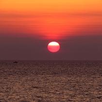 *[紫雲寺記念公園/夕日]日本海の水平線に沈む夕日を見ることができます