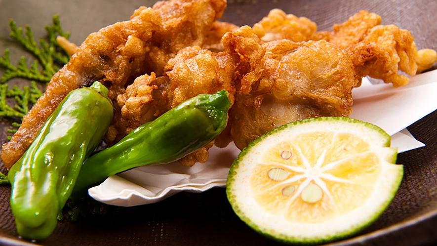 *カラッと揚げたふぐのから揚げにレモンをかけて食べる贅沢なひと時です。