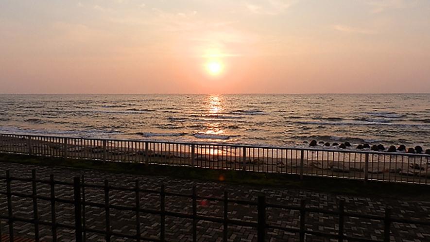 *[紫雲寺記念公園/夕日]しおさいの路や展望台からは美しい夕焼けを望めます
