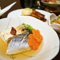 *[ご夕食一例]新鮮な野菜や手作りのお豆腐など食材にもこだわっています