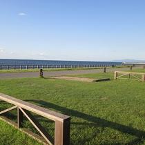 *[紫雲寺記念公園/オートキャンプ場]一列に並んだオートキャンプサイトは、10m×10mとゆとりある