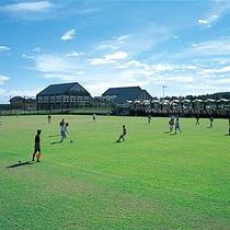 *[紫雲寺記念公園/多目的広場]サッカー、ラグビーなどのスポーツとレクリエーションに利用可能です