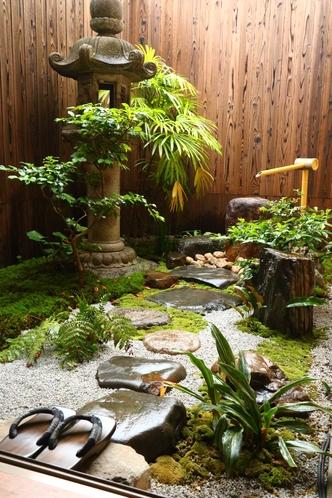 縁側から見るお庭 夜にはライトアップされます
