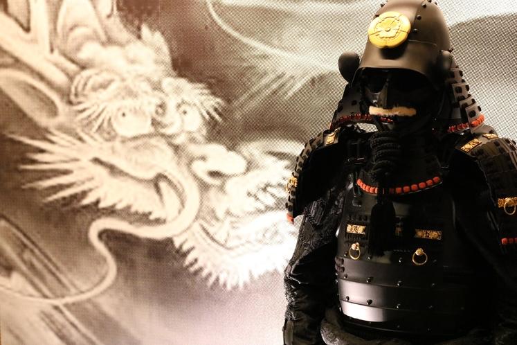 1階奥の間 龍の壁画の床の間に武者鎧