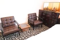 2階表の間のソファ