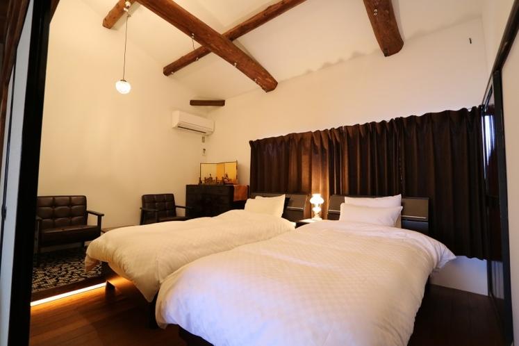 2階表の間の寝室 シングルベッドを2つ用意しております