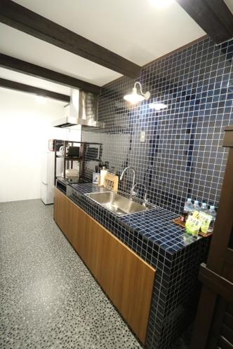 土間風のタイル張りキッチン 調理用具や器などご自由にお使いください