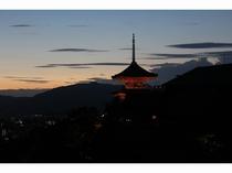清水寺 夕暮れ2 京都まで当館すぐのバス停より直通高速バス約45分 (1時間に1本運行)