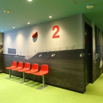 ラグビーフロア(エレベーター前のベンチは花園ラグビー場で実際に使用されていたものです。)