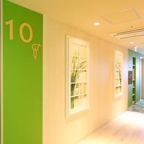 10階エレベーターホール「カラー」