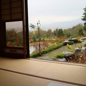 会津盆地を見下ろす眺望の良い和室