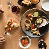 奥田政行シェフプロデュースによる、宮島別荘ならではの創作料理をブッフェスタイルで提供いたします。