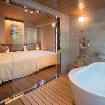 【山側◇スイートルーム】バスルームはガラス張り。「壁」を無くすことで、明るく開放感が溢れる空間に。