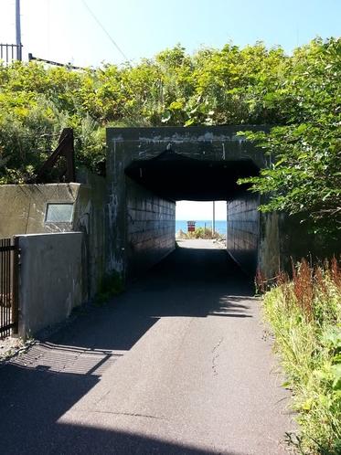 最北亭裏の海岸へ続くトンネル