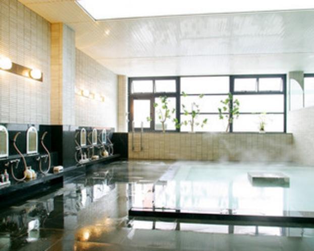 湯けむり漂う温泉大浴場