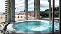 【バスルーム】オーシャンビューの空間で屋外の空気や日差しを浴び、特別な時間をお過ごしください