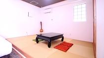 【地下 寝室】ベッド横に琉球畳間9畳あり(布団利用可)