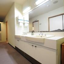◆訳あり和室 廊下向かいに洗面所がございます。