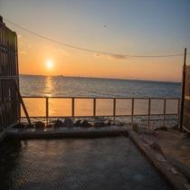 【渚の離れ露天風呂】夕日を見ながらの入浴もおすすめです♪