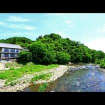 川のせせらぎに耳を傾け、自然を耳でお楽しみください。