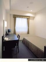 シングルルーム ベッドはセミダブルサイズ(120×200)です