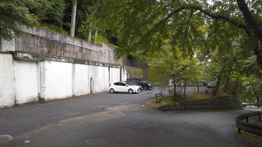 *【当館駐車場】玄関までは少し階段がございます