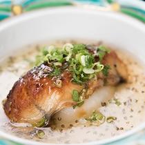 *【夕食(一例)】二ヶ月に一度、お献立が変えております。季節に合ったお料理をお届けいたします