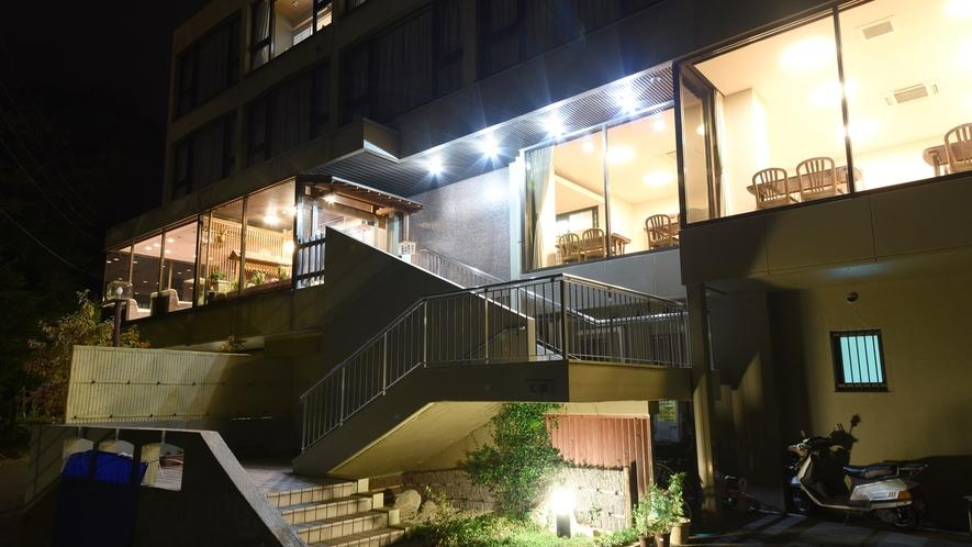 *【夜の外観】駐車場は当館前にご用意しております