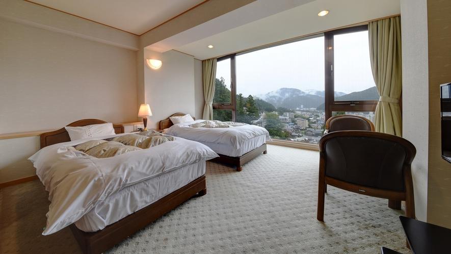 *【和洋室14畳】ベッドに寝転びながら、下呂の夜景や朝景色をご覧いただけます♪