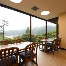 *【お食事処】ご朝食はこちらにてご用意。窓の外には、朝の下呂温泉が広がります