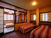 6名定員和洋室 ベッド2つ+和室の仕切りのあるお部屋