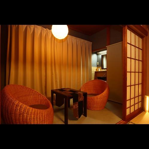 客室戸隠は、扉をあけると踏み込みのある遊び心のある客室。縁側と畳の空間でおくつろぎください。