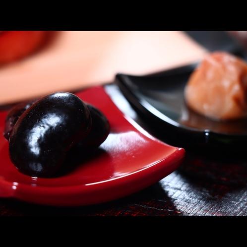 朝食・戸隠産煮花豆と干し梅