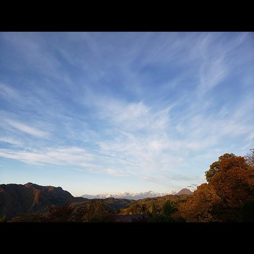福岡旅館から向かいの荒倉山と北アルプスの眺め