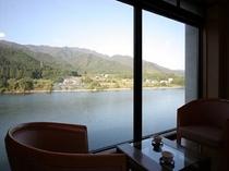 客室から望む阿賀野川