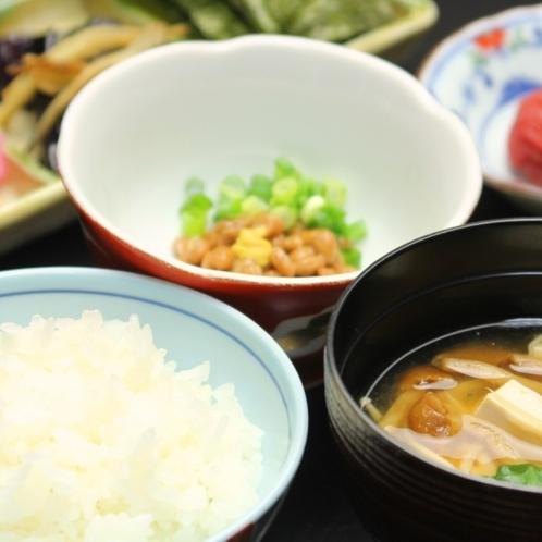 朝食_納豆、なめこ汁、ご飯