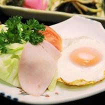 朝食_目玉焼き ハム添え