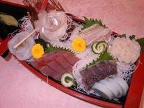 刺身舟盛(2人盛)・その日の朝水揚げされた旬の魚・メジ鮪・ホウボウ・平目・鯵など(一例)