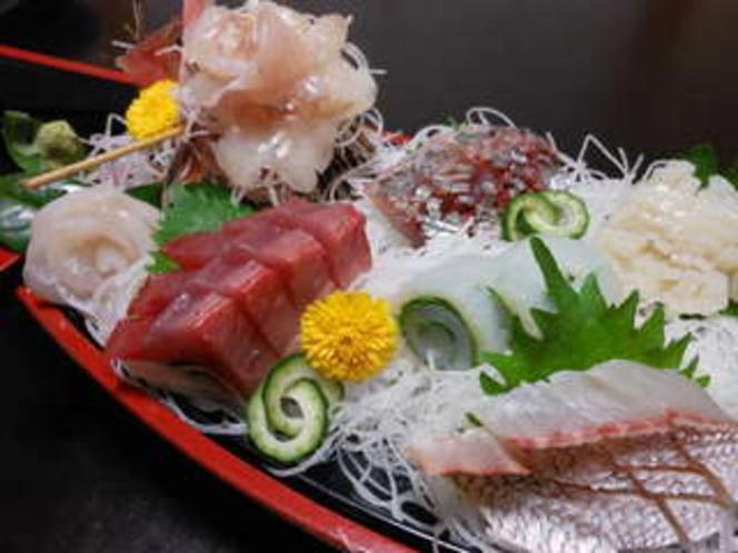 刺身舟盛2人前那珂湊港水揚げの旬の魚満載の舟です。(一例)